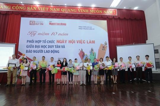 Tặng kỷ niệm chương cho các DN nhiệt tình tham gia ngày hội việc làm