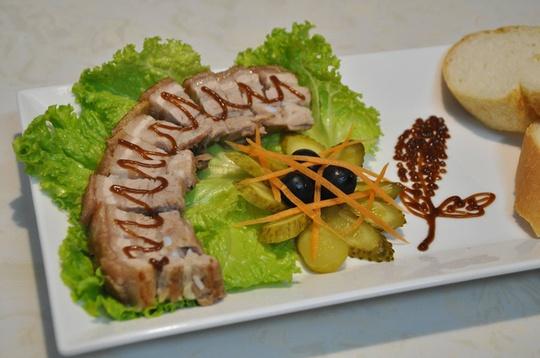 Món thịt heo quay giòn tan của cô gái Việt đạt giải đặc biệt từ ĐSQ Anh