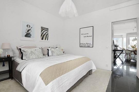 Phòng ngủ trung thành với thiết kế hai gam màu chủ đạo là đen và trắng.