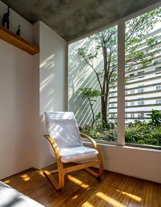 Với thiết kế thế này, dù là nhà dạng ống nhưng ngôi nhà vẫn luôn đủ sáng, thoáng.