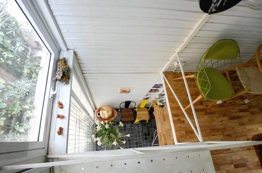 Ngôi nhà sử dụng hệ thống thông tầng linh hoạt để lấy sáng và thông gió từ mái nhà, mặt tiền