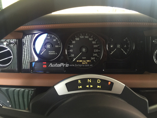 Bảng đồng hồ thông tin phía sau vô-lăng vẫn là đồng hồ cơ kiểu truyền thống để hiện thị các thông tin cơ bản như vòng tua máy, tốc đọ, mức nhiên liệu và nhiệt độ động cơ.