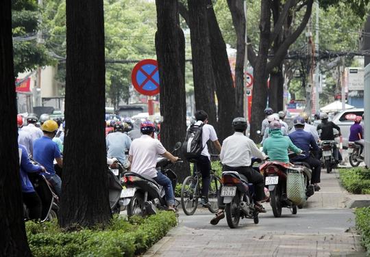 Kẹt xe trầm trọng lại thêm nhiều người vô ý thức, chạy lên vỉa hè để lưu thông cho nhanh hơn khiến khu vực này càng kẹt cứng.