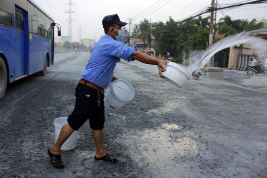 Người dân cho biết để giảm bụi, mỗi ngày, xe tưới nước có hoạt động 1,2 lần nhưng chỉ cho có lệ chứ không tác dụng nhiều. Do đó, người dân phải tự xối nước chống bụi là chính