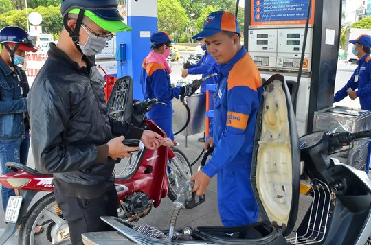 Xăng dầu đồng loạt tăng giá từ 550-650 đồng/lít từ 15 giờ ngày 5-5 Ảnh: TẤN THẠNH