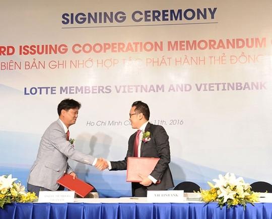 Đại diện VietinBank và Lotte Members Việt Nam ký kết hợp tác