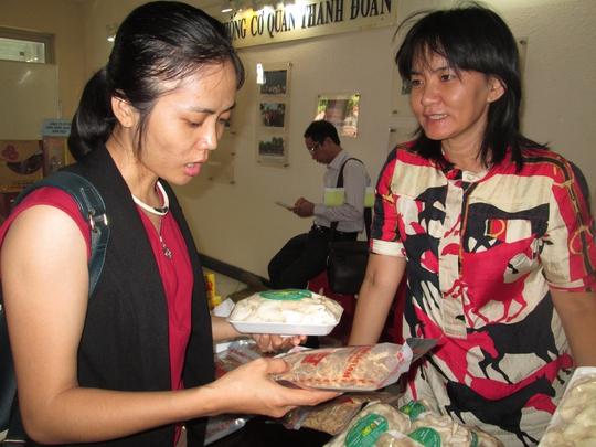 Bà Lê Hà Mộng Ngọc (phải), Chủ nhiệm HTX Nấm Việt, giới thiệu sản phẩm cho khách hàng