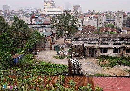 Cổng chính được đóng cửa im lìm với bảo vệ trông coi nghiêm ngặt. Xung quanh còn nhiều vật liệu xâ dựng ngổn ngang, tòa nhà chính thì phủ rêu phong.