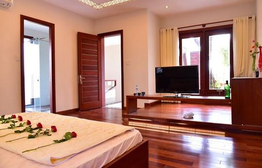 Phòng ngủ chính ấm áp dù không có nhiều đồ nội thất cầu kỳ, tranh ảnh đắt tiền.