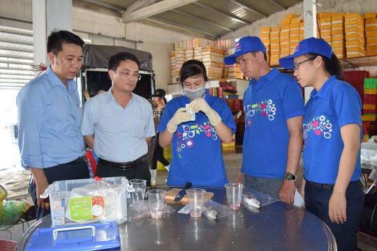 Kiểm tra nhanh chất lượng hải sản tại điểm thu mua của Saigon Co.op ở Quảng Bình