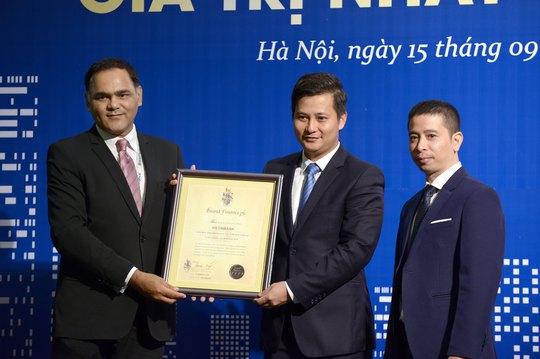 Phó Tổng Giám đốc Trần Công Quỳnh Lân (giữa) đại diện VietinBank nhận giải thưởng Thương hiệu tăng trưởng mạnh nhất trong Top 10 (xét trên chỉ số sức mạnh thương hiệu)