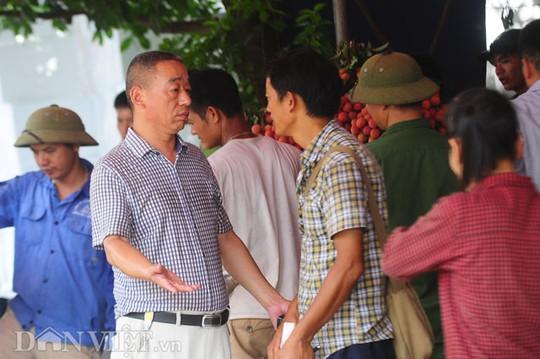 Thương lái họ Đổng đến từ Tây An,Trung Quốc (trái) chuyên bán buôn chia sẻ công việc làm ăn đang lỗ, không dám mua nhiều vì tình hình trong nước không tốt cũng như các chi phí đầu tư phát sinh.
