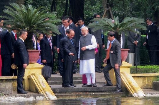 Thủ tướng Nguyễn Xuân Phúc và Thủ tướng Narendra Modi vui vẻ trò chuyện