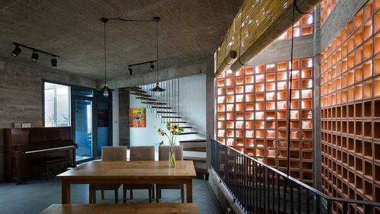 Kiến trúc sư sử dụng hai lớp tường gồm lớp gạch bánh ú đất nung giúp lấy sáng và thông gió với lớp kính che chắn bên trong.