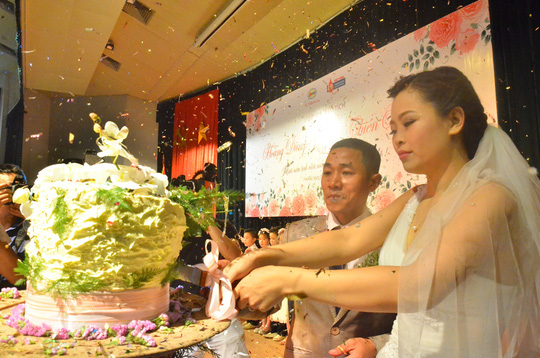 Cô dâu Thiên Hương xúc động trong lễ cưới