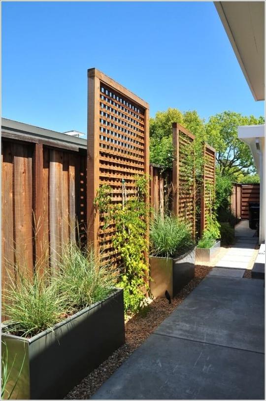 Màn gỗ được sử dụng trong không gian ngoài trời với chức năng trang trí và giúp các loại cây leo được tươi tốt, làm đẹp nhà.