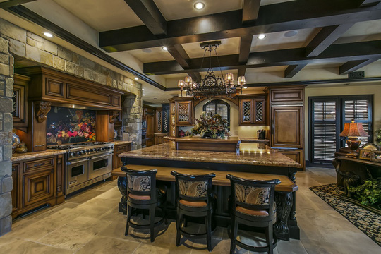 Căn nhà được trang trí với hàng loạt tác phẩm nội thất được trạm khắc cầu kỳ hay những bộ bàn ghế cao cấp nhất.