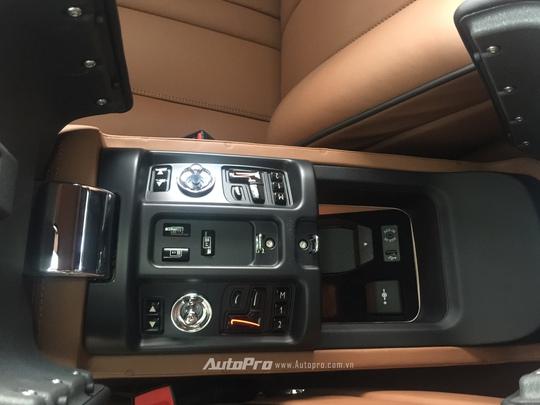 Bệ tì tay của hàng ghế lái với nhiều nút bẩm được ẩn phía dưới lớp nắp đậy bọc da cao cấp.