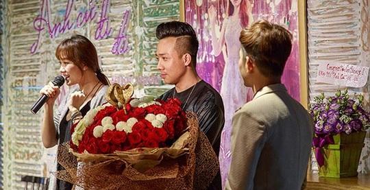 Bó hoa có giá 10 triệu được chính Trấn Thành tiết lộ cho truyền thông khi anh đem đến tặng Hari Won ở họp báo của cô