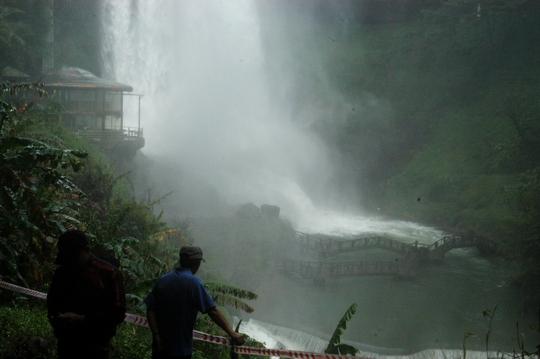 Hiện tại tỉnh Lâm Đồng đang vào mùa mưa nên lượng nước trên thác đổ xuống rất lớn và hết sức nguy hiểm