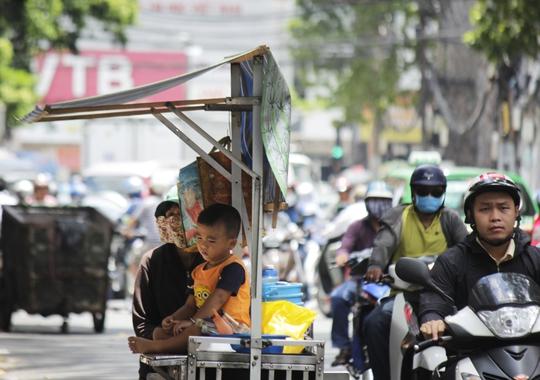 Một người bán hàng rong mệt mỏi và chán nản khi bị kẹt xe giữa trưa.