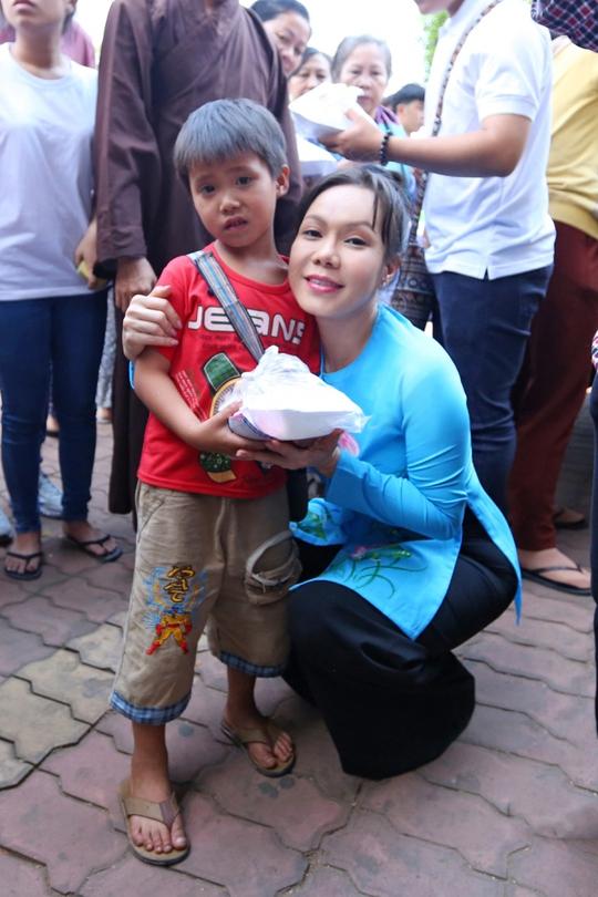 Việt Hương phát cơm từ thiện cho bé trai