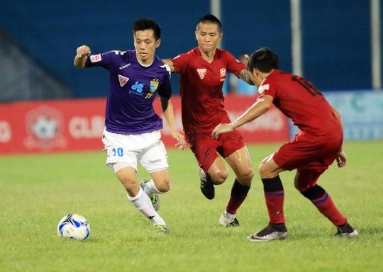 Hà Nội T&T của Văn Quyết (trái) có lợi thế về bàn thắng bại so với Hải PhòngẢnh: Hải Anh