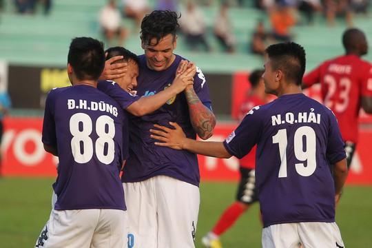 Đồng đội chúc mừng Gonzalo sau pha lập công trong trận đại thắng của Hà Nội T&T Ảnh: HOÀNG TRIỀU