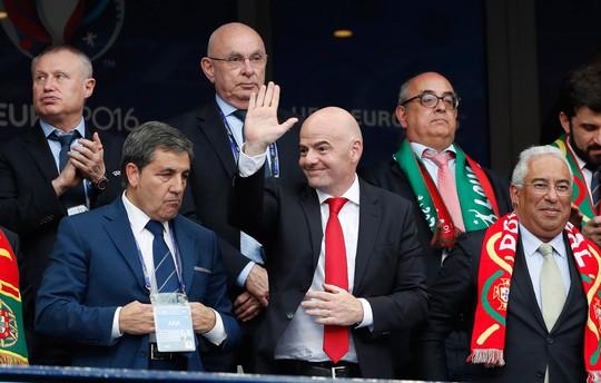 Tân Chủ tịch FIFA G.Infantino (giữa) đối mặt nguy cơ bị cấm hoạt động 90 ngày Ảnh: REUTERS