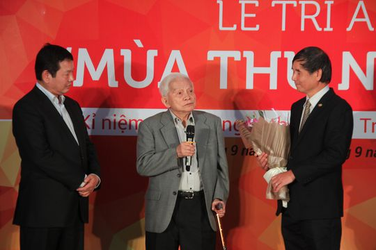 GS Hoàng Tụy (giữa) góp ý để xây dựng phát triển nhà trường
