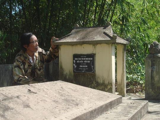 Nguyễn Phướcc Vĩnh Khánh trong một chuyến tìm lăng các Chúa Nguyễn