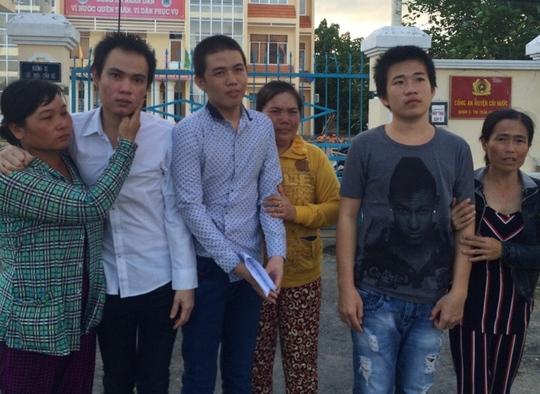 3 người mẹ đón 3 người con trai của mình trở về sau gần 13 tháng bị tạm giam