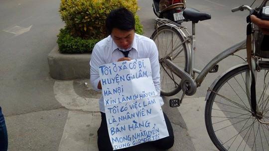 Nguyễn Việt Hải quỳ trước cổng Đài truyền hình với tấm biểu ngữ xin việc