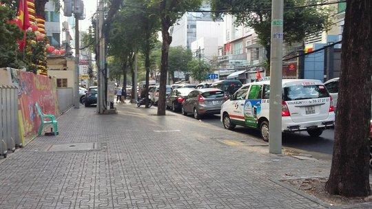 Các xe nối đuôi nhau thành hàng dài tại đường Võ Văn Tần (đoạn Võ Văn Tần-Cách Mạng Tháng 8)