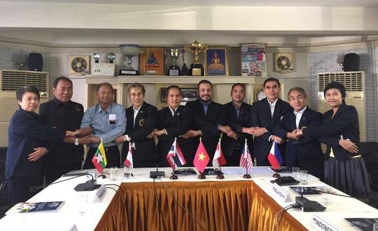 Ông Giáp Trung Thang (thứ 4 từ phải sang) được bầu làm Tổng thư ký LĐ Muay Đông Nam Á