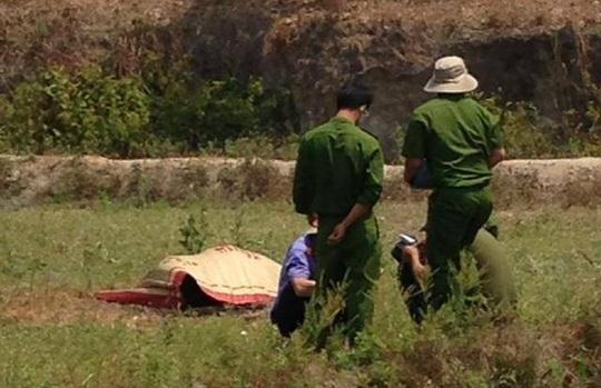 Lực lượng chức năng đang khám nghiệm hiện trường, khám nghiệm tử thi -Ảnh: Tuấn Anh