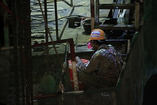Cả đêm những người thợ này miệt mài công việc, chỉ dừng tay nghỉ ngơi trong chốc lát để uống nước, hút điếu thuốc.