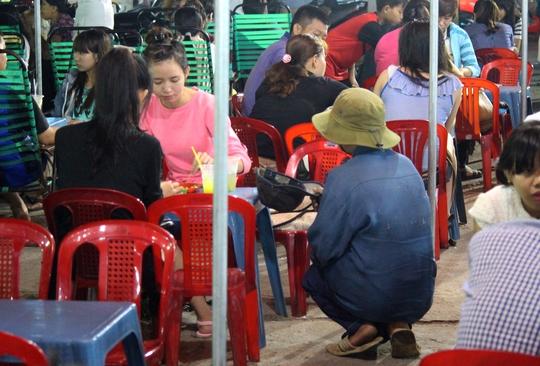 Một người đàn ông với dáng vẻ khỏe mạnh khác đang xin tiền tại chợ đêm làng đại học Thủ Đức. Nếu không cho, đối tượng sẽ quỳ xuống năn nỉ cho bằng được.
