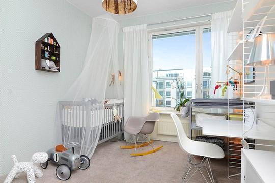 Phòng dành cho trẻ cũng được thiết kế đẹp mắt với tông màu trắng chủ đạo kết hợp với những món đồ trang trí bắt mắt của trẻ.