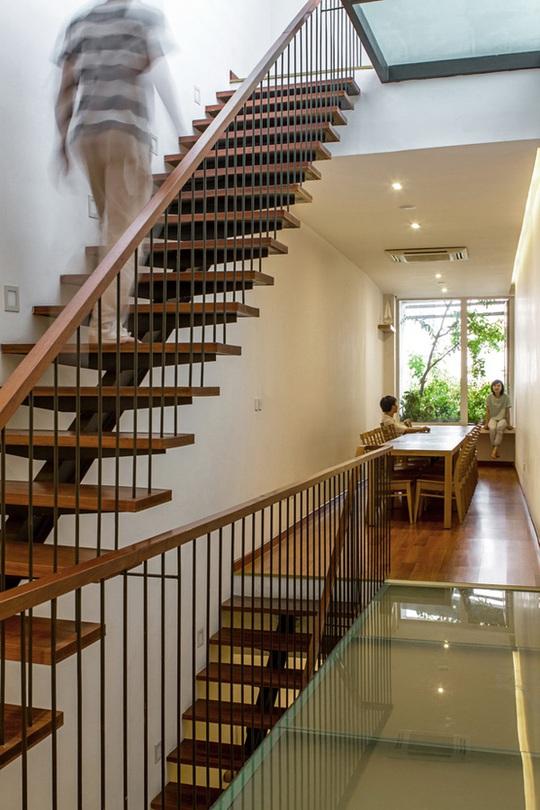 Mặt tiện thoáng và hành lang kính đưa ánh sáng từ trần nhà xuống giúp đảm bảo ánh sáng cho các phòng.
