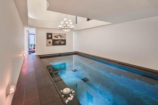 Bể bơi trong nhà rộng lớn.