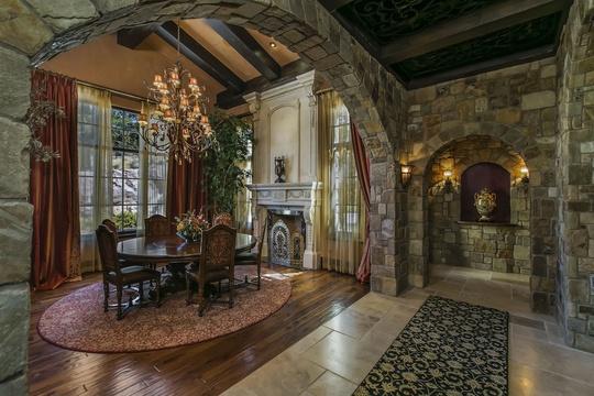 Phòng khách và phòng ăn phân bố thành nhiều nơi trong cung điện.
