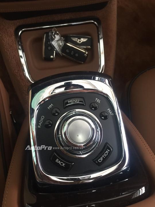 Bàn điều khiển trung tâm với các nút bấm và núm xoay.