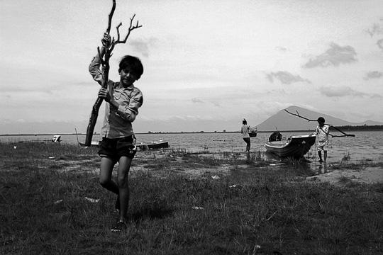 Những đứa trẻ ở xóm Việt kiều này đều hao hao nhau với làn da đen nhẻm, tóc vàng cháy vì suốt ngày phơi nắng.