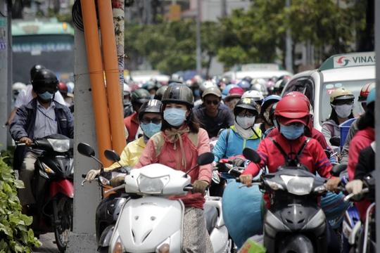 Đường Cách Mạng Tháng 8 hướng về vòng xoay Dân Chủ cũng kẹt xe nghiêm trọng khiến hàng người chen chúc dưới cái nắng ban trưa.