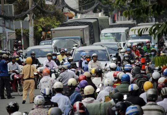 Cùng thời điểm đó, đường Nguyễn Thái Sơn còn hết sức đông đúc, các chiến sĩ cảnh sát giao thông phải gồng mình phân luồng trong nắng nóng.