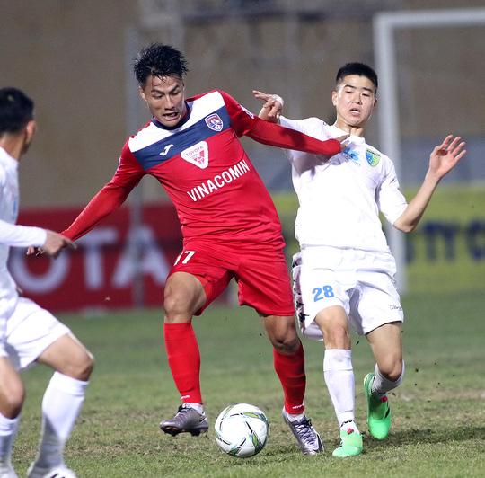 Nếu trận Than Quảng Ninh của Mạc Hồng Quân (trái) và Hà Nội T&T bất phân thắng bại, cả hai còn rất ít cơ hội vô địch Ảnh: HẢI ANH