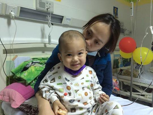 Bé Khang trong vòng tay mẹ ở Bệnh viện Truyền máu Huyết học TP HCM