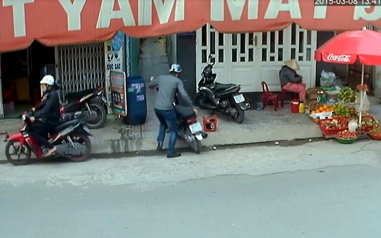 Đối tượng trộm xe máy của người dân và sau đó đã bị công an bắt giữ. (Ảnh trích xuất từ camera)