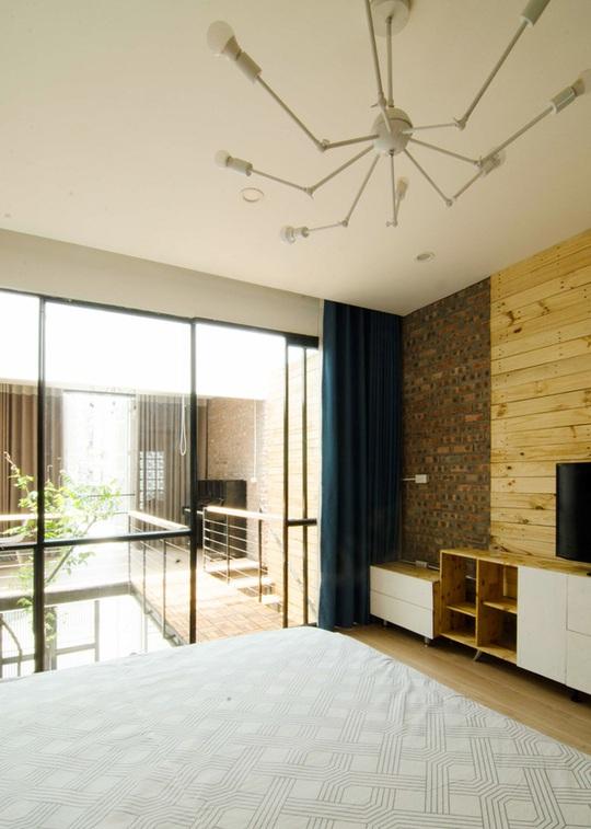 Toàn bộ đồ gỗ trong căn phòng như tủ, kệ đầu giường, kệ đồ ở đây đều do anh Hiệp đóng.
